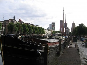 Rotterdam - Altes Frachtboot vor Skyline