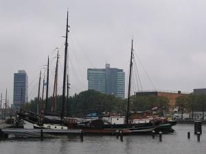 Segelschiff vor Hochhauskulisse