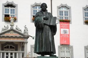 Lutherstatue vor dem Rathaus in Wittenberg