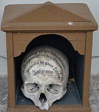 Totenschädel am Aufgang zur Kirche