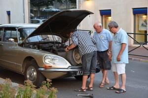 Autofreunde mit einem alten Citroen
