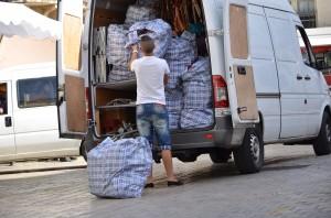 Markthändler beim Auspacken