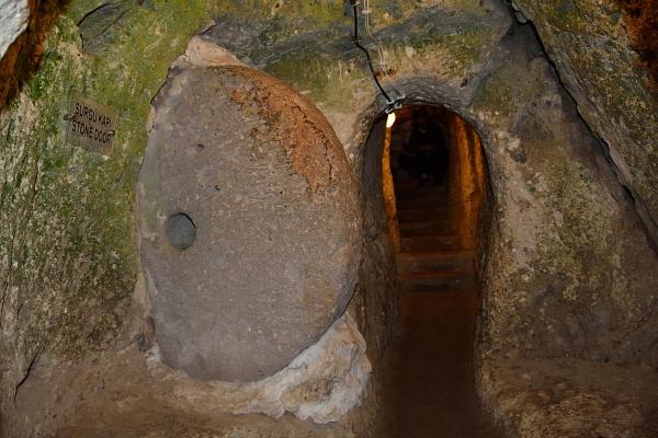 Türverschluss in den Höhlen von Deinkuyu