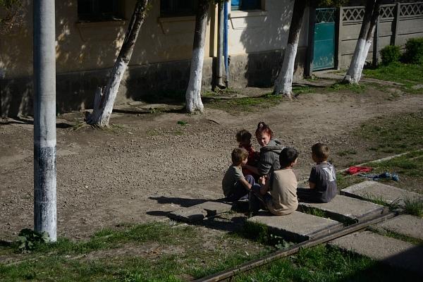 Rumänien: Kinder am Bahngleis