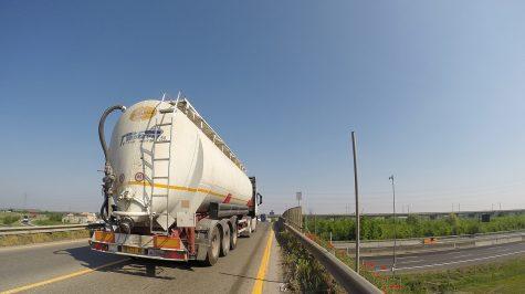 Schwerlastverkehr - Autobahnbrücke bei Parma