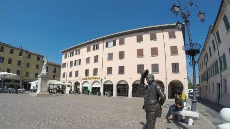 Brescello - Statue des Peppone vor dem Rathaus