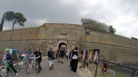 Peschiera del Garda- Stadttor mit Touristen und Händlern