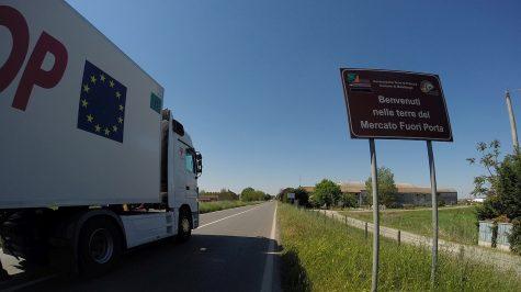 Schwerlastverkehr auf der Staatsstraße bei Malalbergo